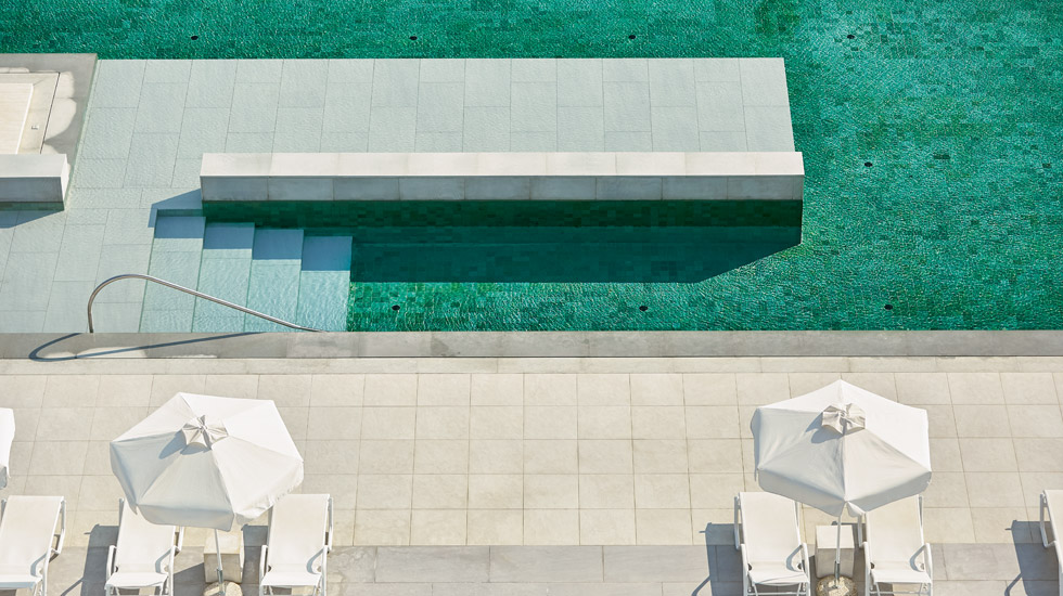 Relaxed holiday atmosphere by the pool