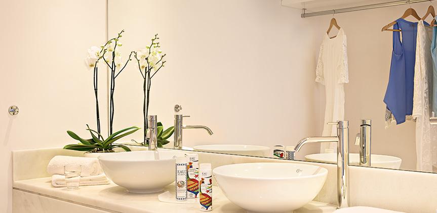 02-pella-beach-master-suite-side-sea-view-bathroom