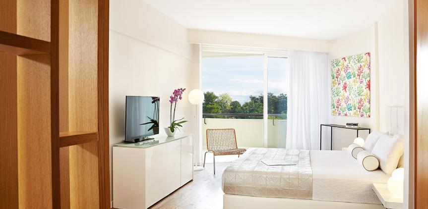 02-pella-beach-room-side-sea-view-luxury-accommodation